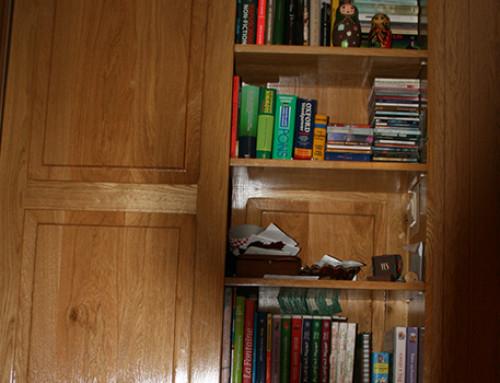 Zabudowa szafy wnękowej z regałem